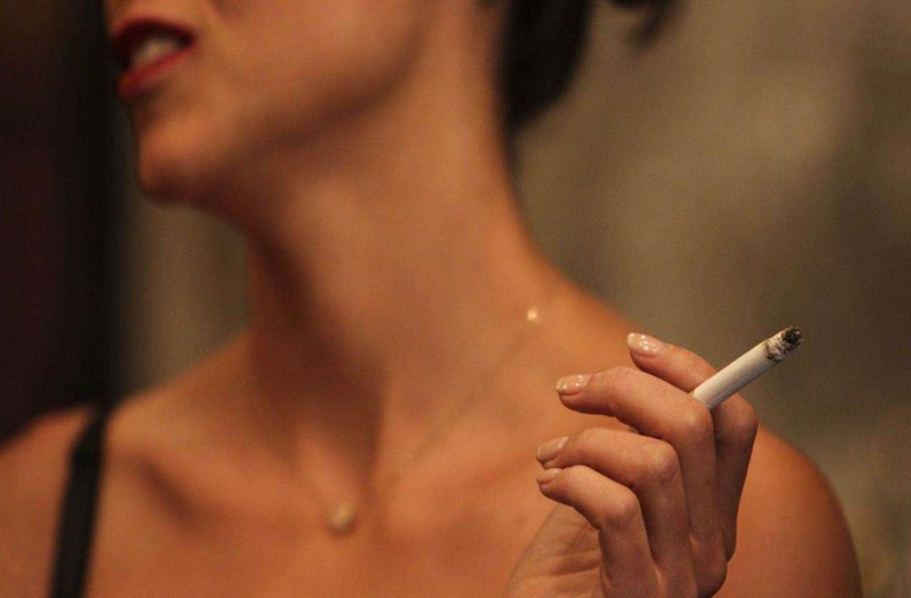 Mujeres aumentaron consumo de alcohol y cigarros en pandemia