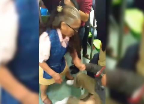 Video: Mujer golpea a presunto acosador en el metro de CDMX