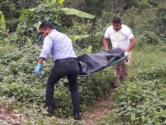 Hallan cuerpo de mujer taxista en el puente de Cuichapa