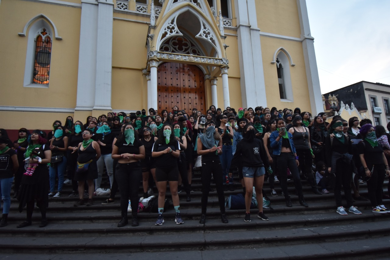 Con performance, xalapeñas se pronuncian contra violencia de género y feminicidios