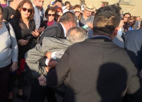 Se desmaya Muñoz Ledo en Palacio Nacional