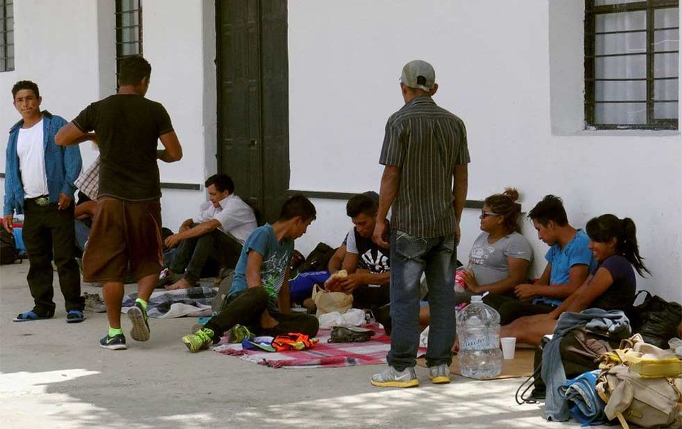 Aseguran a 64 migrantes y detienen a 2 polleros en Acayucan