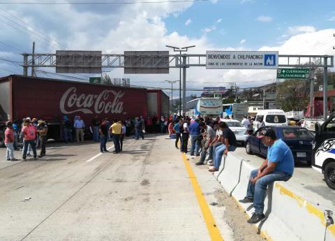 Normalistas de Ayotzinapa bloquean carreteras; piden diálogo con AMLO