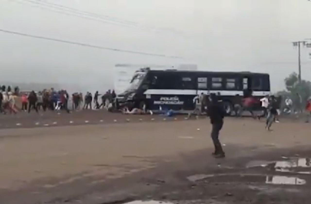 Normalistas, graves tras ser arrollados por policía en Tiripetío