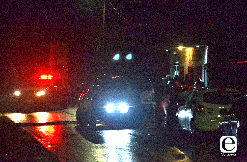 Policía de Huiloapan mata a albañil frente a su hija