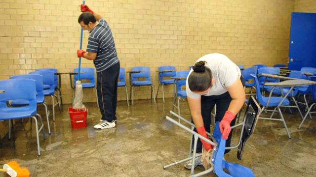 Becarios querían dar clases, dueño de escuela los puso a hacer limpieza