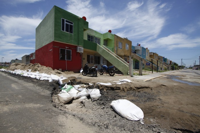Incertidumbre entra familias afectadas por el socavón en Oasis