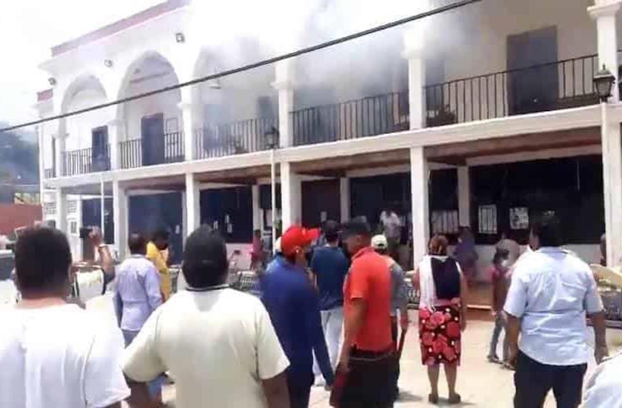 Incendian palacio municipal; pobladores se oponen a sanitización