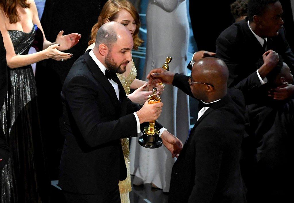 Productores de La La Land suben por el Oscar para entregárselo a los de Moonlight