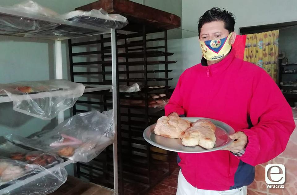 A pesar de la pandemia, Miguel no deja de preparar pan de muerto