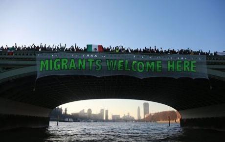 Despliegan mantas en todo el mundo contra discurso de Trump
