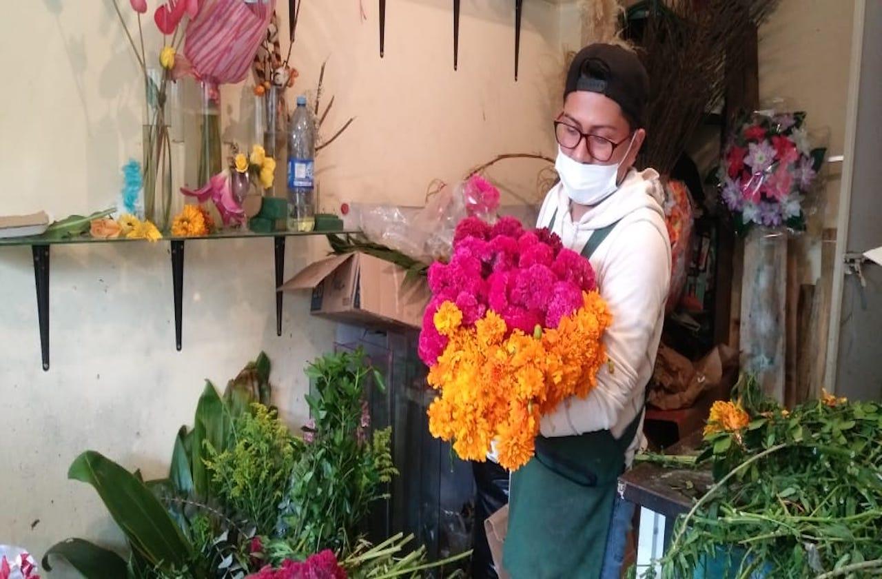 Pandemia abarata 'flor de muerto' en Xalapa; vendedores dan batalla