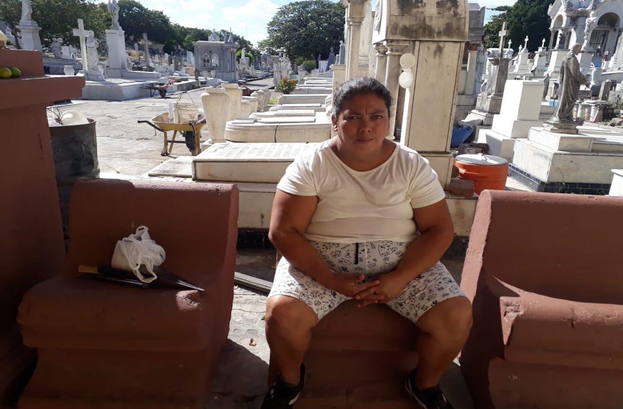 Pandemia disminuyó trabajo de Ofelia, limpiadora de tumbas