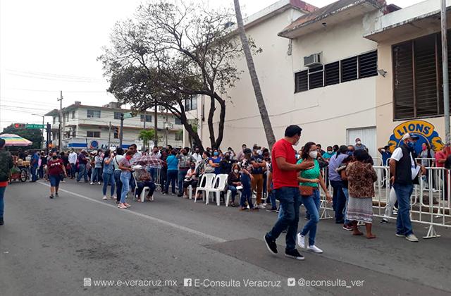 Panistas votan sin sana distancia, en el Puerto