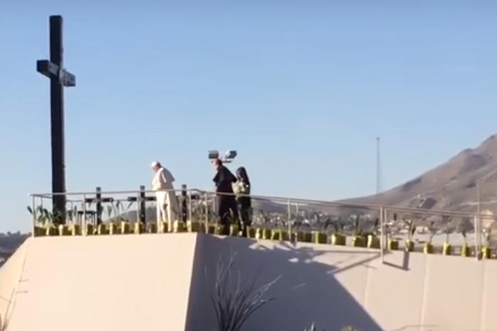 Francisco ora por los migrantes muertos, con los ojos en EU y los pies en México