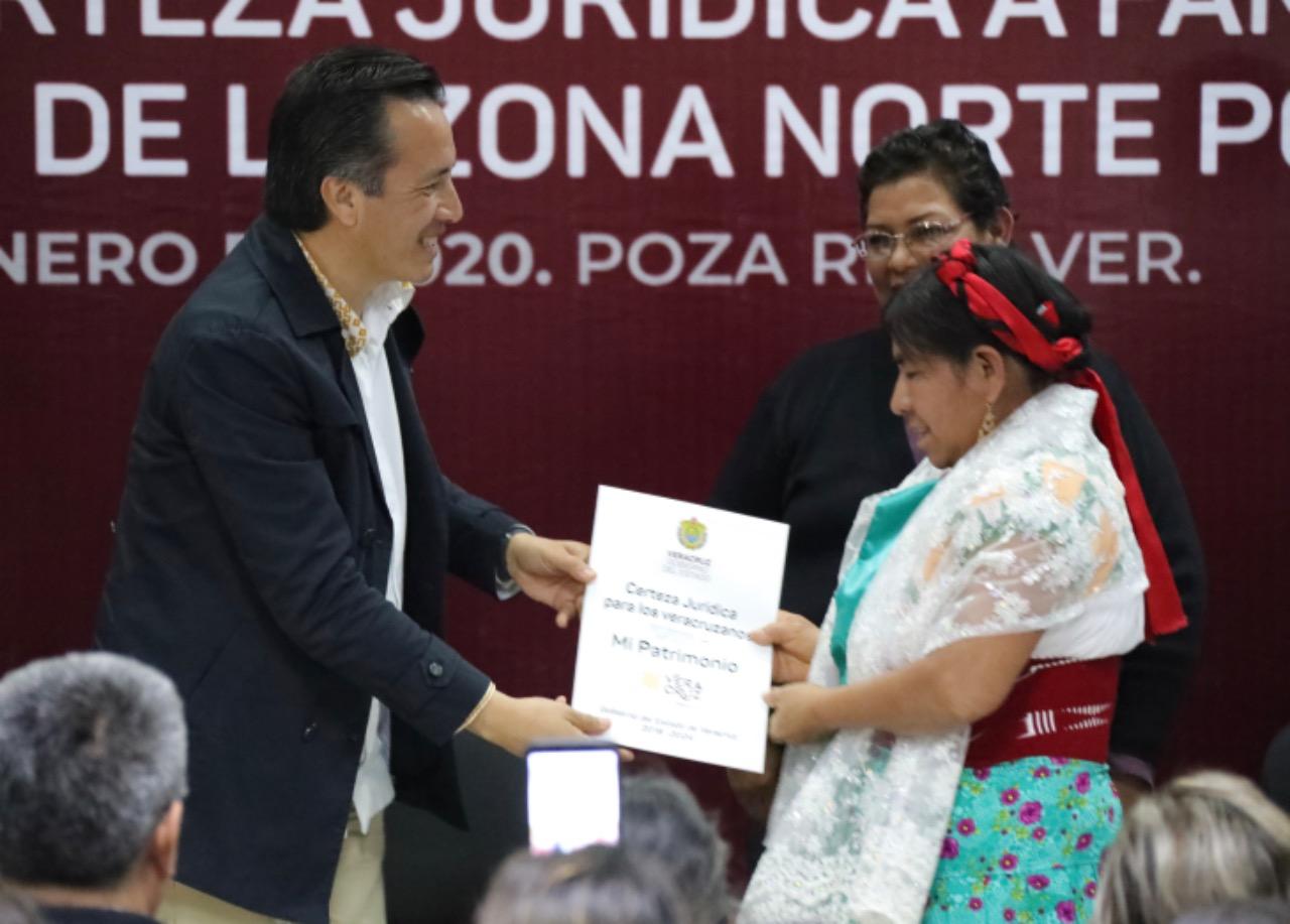 Gobernador regulariza patrimonio de familias con entrega de escrituras legitimas