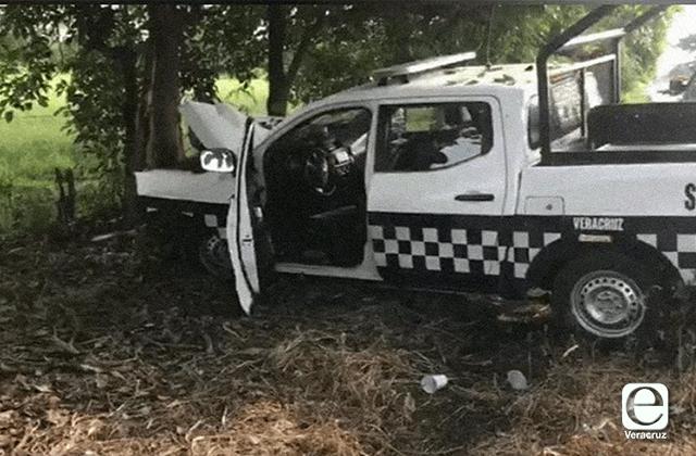 Tras perder el control, patrulla choca contra árbol en Manlio Fabio