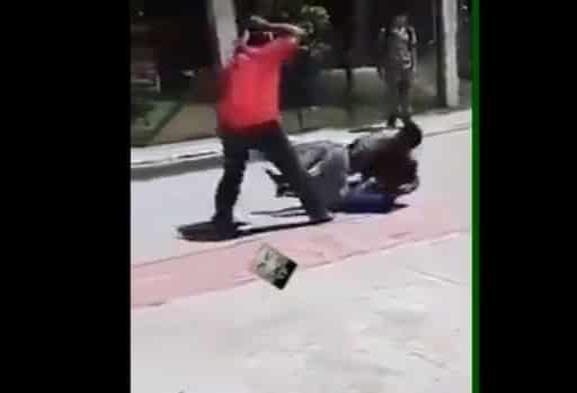 Video: Maestro pega con cinturón a estudiantes para detener pelea