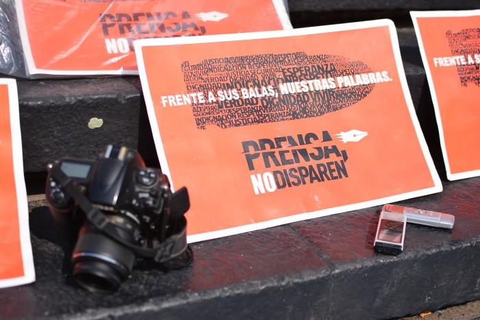 Periodistas, entre balas del crimen y 'balas' de políticos