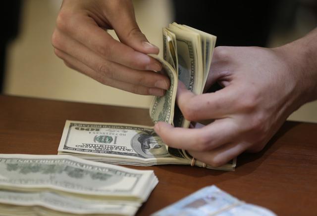 Peso opera positivo pero no baja de los 22.40 en bancos