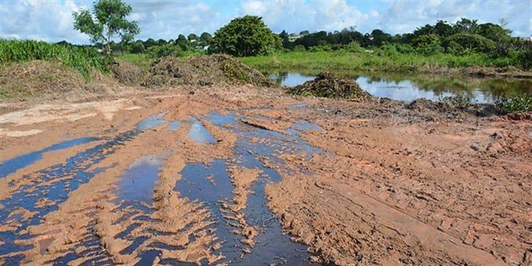Familias enferman por derrame de crudo en arroyo de Las Choapas