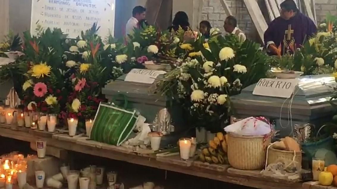 Entierran a artesanos de Veracruz asesinados en Chilapa, Guerrero