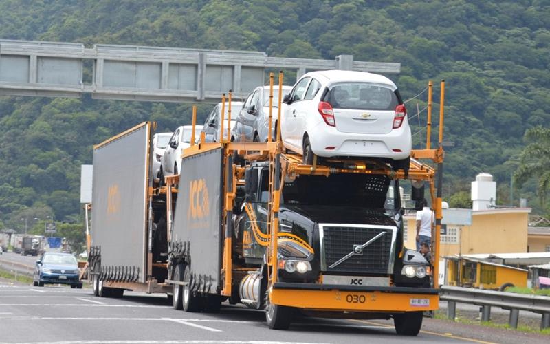 Asaltan nodrizas en la Veracruz-Puebla, huyen con 16 vehículos de lujo