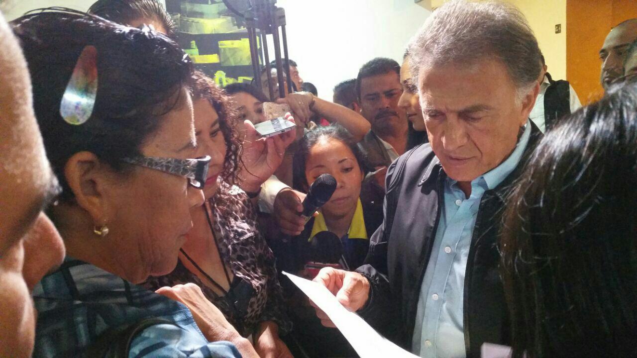 Padres y directores exigen a Yunes solución a daños en escuelas por sismos