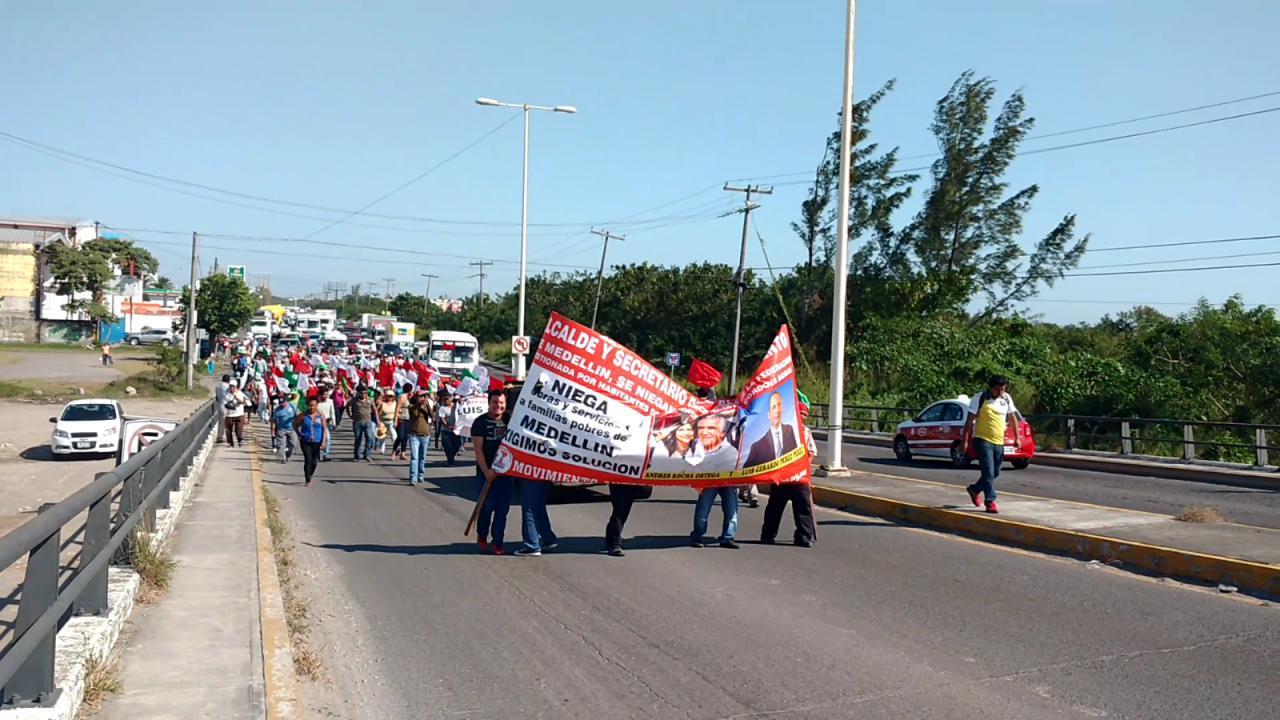 Antorchistas bloquean vialidad, reclaman construcción de cancha