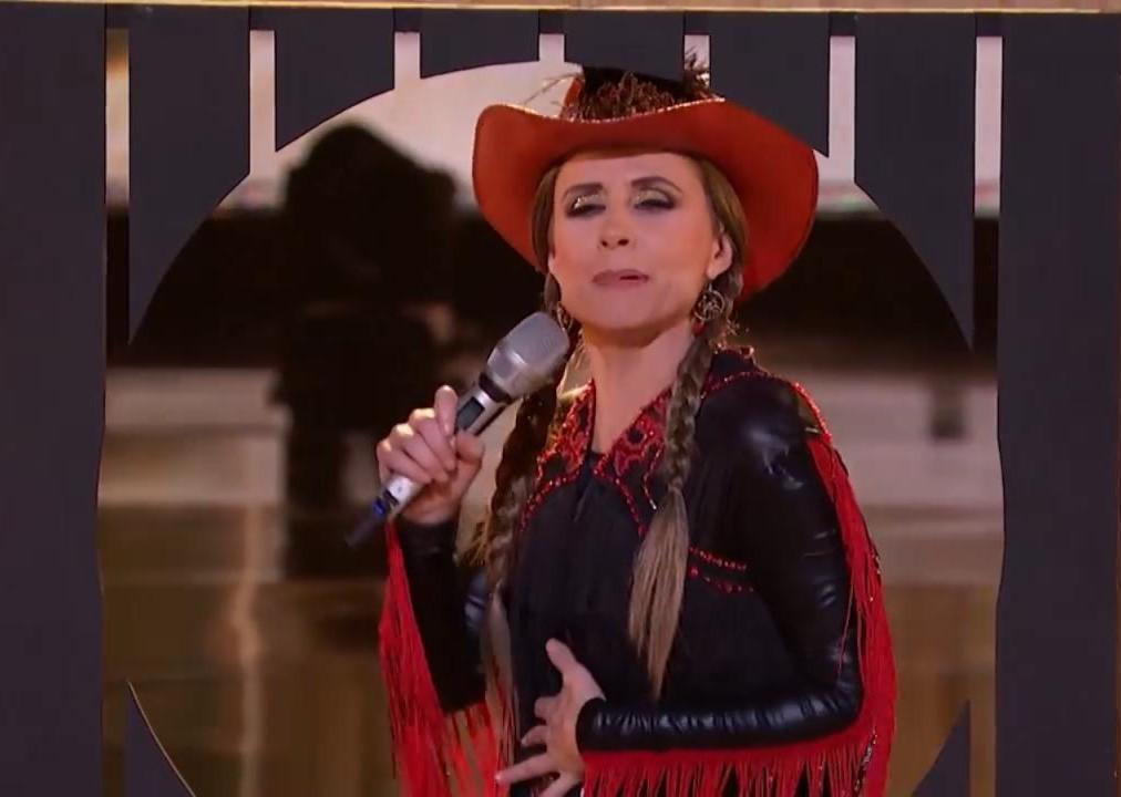 Denise Maerker baila como Alicia Villareal por un abrazo de Maluma