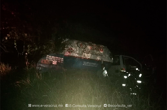 Pipa de gas provoca carambola en la carretera antigua a Minatitlán