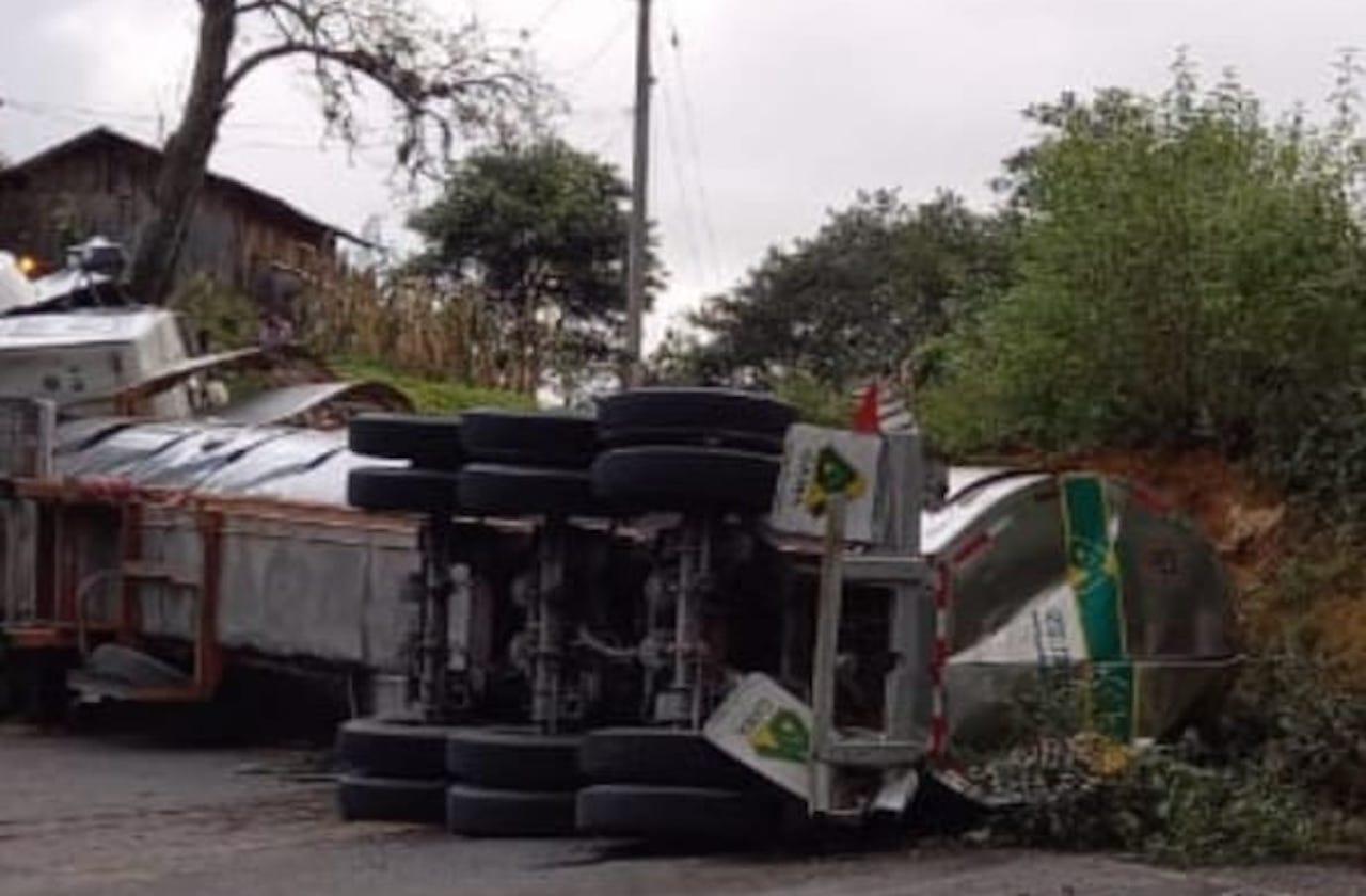 Pipa derrama alcohol tras volcar en la autopista Córdoba-Puebla