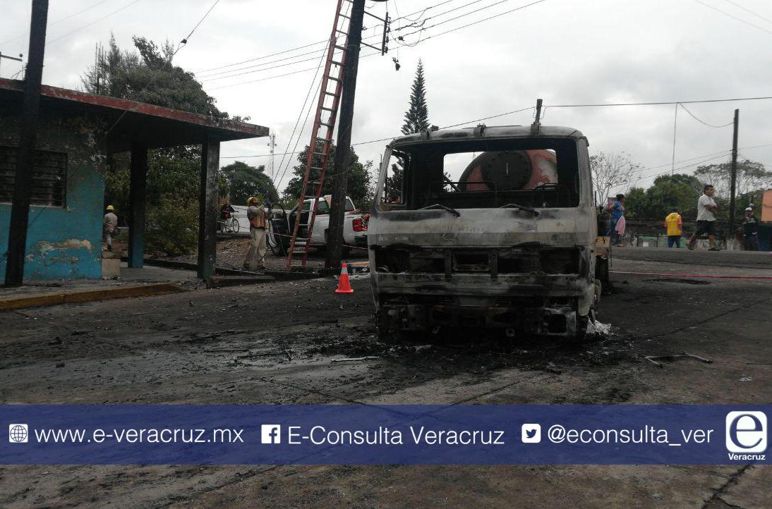 Así se vivió el flamazo de una pipa en Piedras Negras, Veracruz