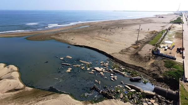 Evitarían descargas de aguas negras en playas y río de Coatza