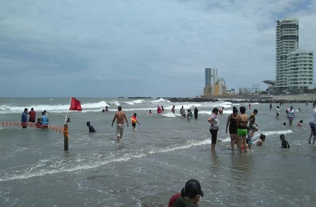Playas jarochas, llenas pese a covid y mal tiempo