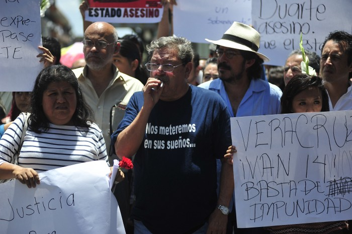 Paco Taibo encabeza marcha por Rubén Espinosa en Veracruz