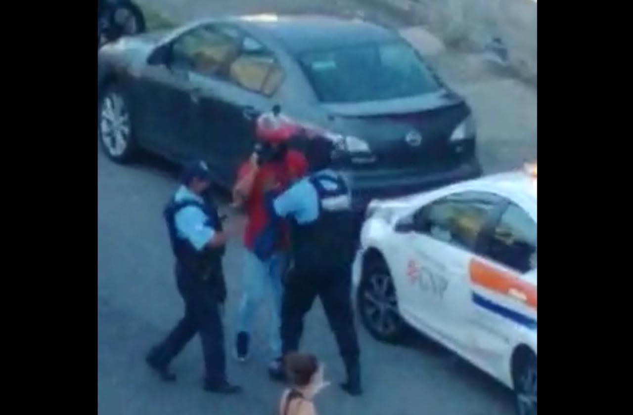 Policías de Boca empujan y obstruyen a reportero que cubría accidente