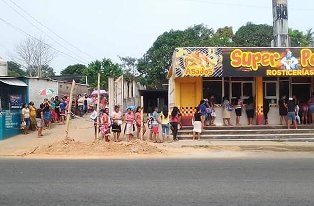 En Oteapan regalan pollos asados para ayudar a las familias