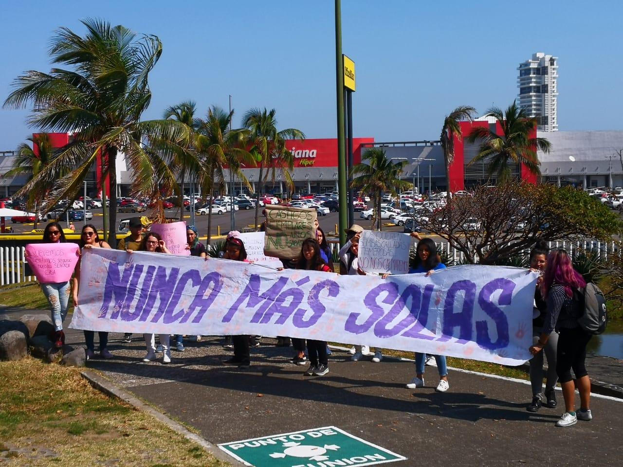 Alumnas condenan acoso en UV frente a Rectora