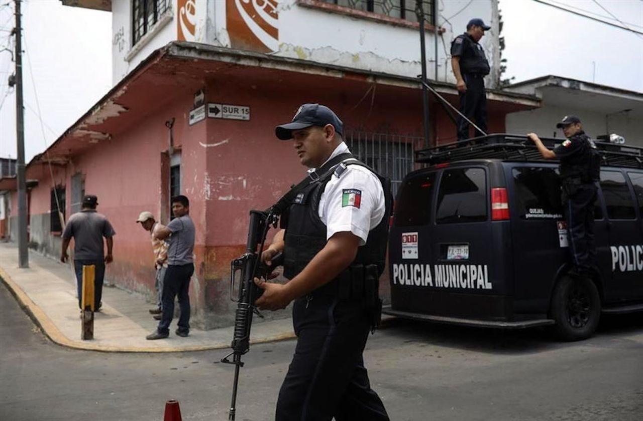 Por brote de covid-19, relevan a policías de Mixtla de Altamirano