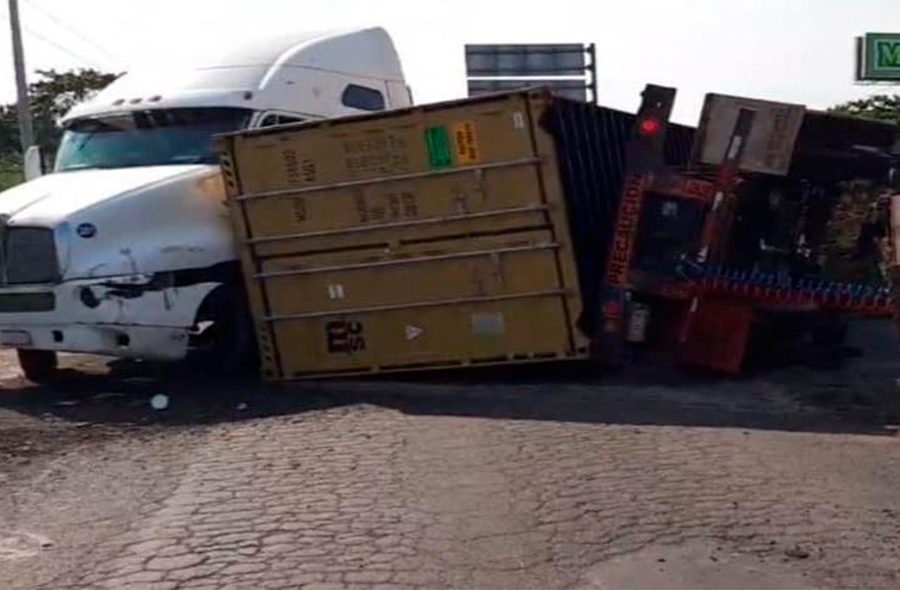 Por choque de tráileres, bloquean paso en autopista Veracruz-Xalapa