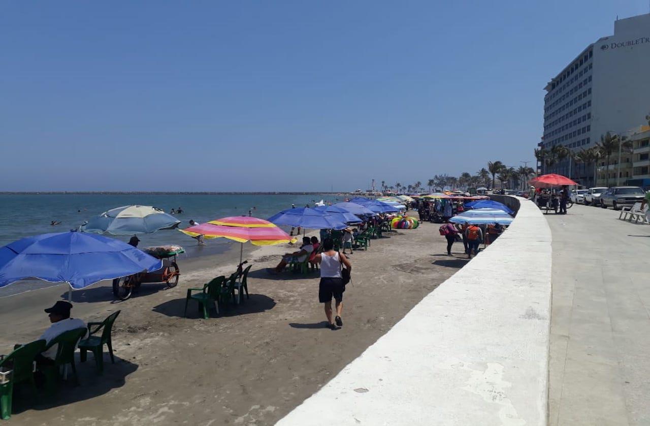 Por Semana Santa turistas llegan a playas del puerto en pandemia