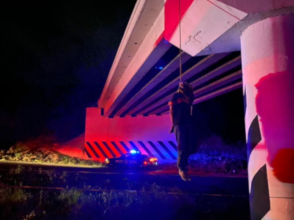 Hallan cuerpo colgado en puente de la autopista Cosoleacaque-Acayucan