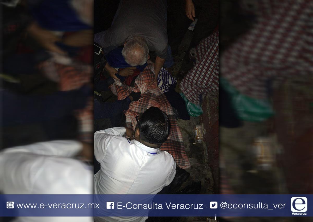 Vecinos rescataron a indigente que pernoctaba en el centro de Xalapa