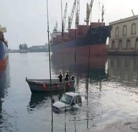 Vehículo oficial de Marina cae al mar, en el Puerto de Veracruz