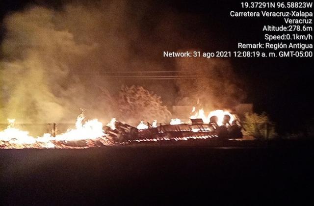 Explota pipa en carretera a Xalapa; una persona murió quemada