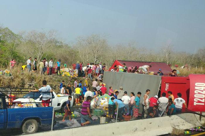 Vuelca camión refresquero, y habitantes comienzan rapiña en Veracruz