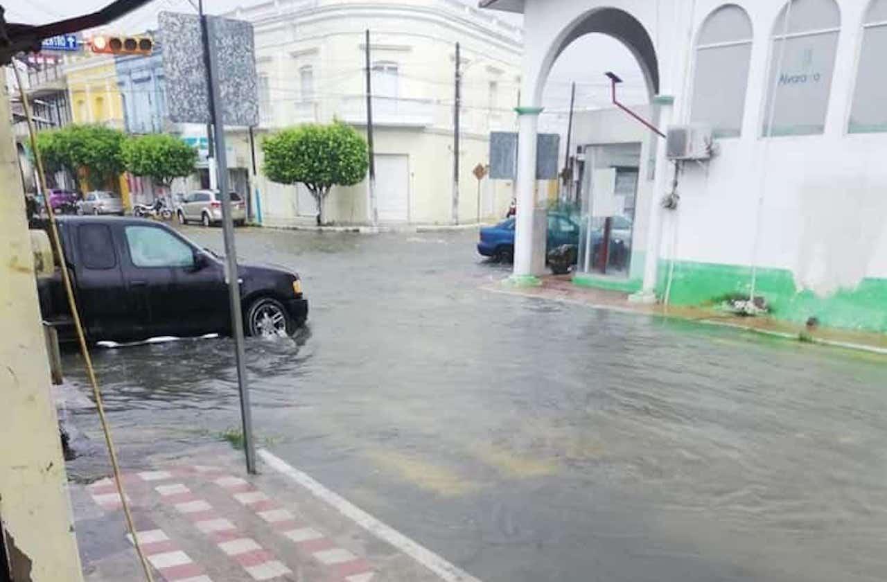Precipitaciones inundan calles de Alvarado
