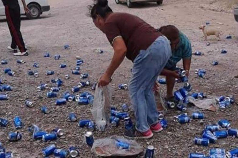 Volcadura de tráiler cargado de cerveza desata rapiña