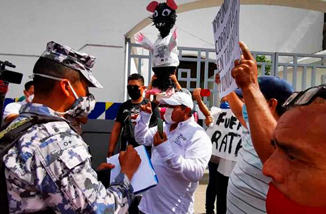 Con piñata, denuncian extorsiones de Tránsito en el Puerto